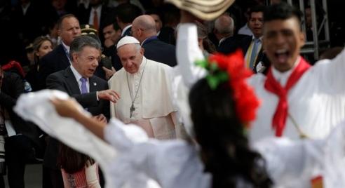 El-presidente-Juan-Manuel-Santos-conversa-con-el-papa-Francisco-durante-la-ceremonia-de-bienvenida-a-Colombia